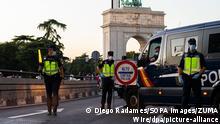 07.10.2020, Spanien, Madrid: Polizisten stehen an einem Kontrollpunkt in Madrid. Die Justiz hat die umstrittene Zwangsabriegelung des Corona-Hotspots Madrid durch die spanische Zentralregierung gekippt. Foto: Diego Radames/SOPA Images via ZUMA Wire/dpa +++ dpa-Bildfunk +++ |