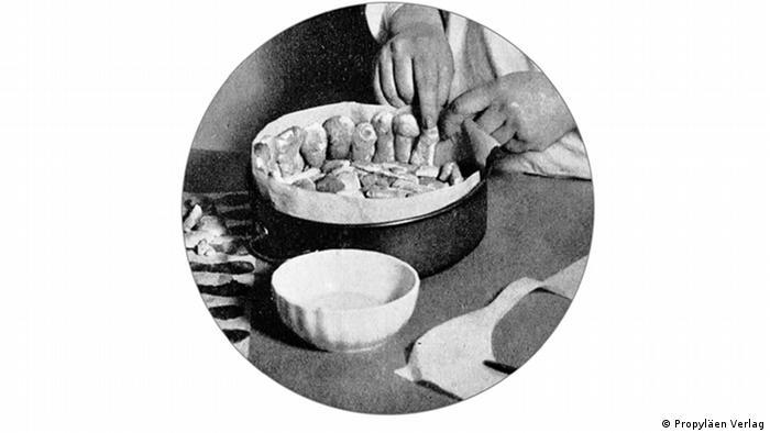 Еврейские руки Алисы. Иллюстрация, оставшаяся и в ариизированном издании книги Так готовят в Вене