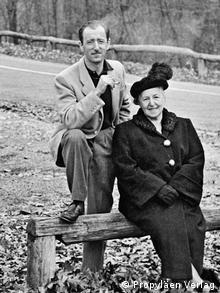 Mutter Alice Urbach mit Sohn Otto auf einer Holzplanke auf einer Fotografie von 1948 oder 1949 - Schwarz-Weiß-Fotografie