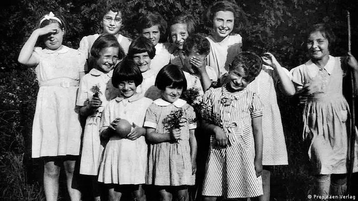 Алиса Урбах со своими воспитанницами - сиротами из детского дома в Англии