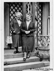 Zwei Frauen, eine davon Alice Urbach, auf einer Treppe - Schwarz-Weiß-Fotografie