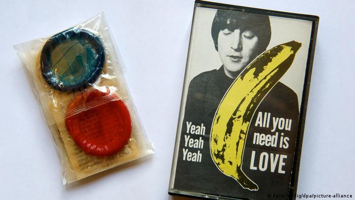 Сувенирная аудиокассета с синглом All You Need Is Love. К ней прилагалась упаковка с двумя презервативами. Экспонат музея в Халле.