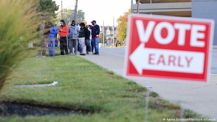 Des Américains votant par anticipation dans l'Ohio