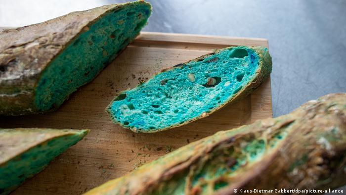 Brot, dessen inneres türkis leuchtet.