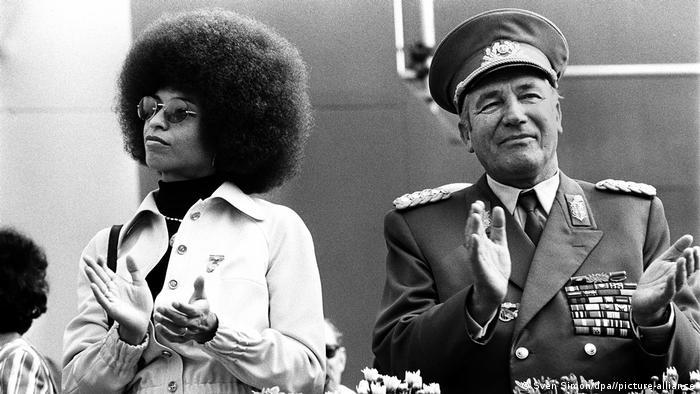 Angela Davis em Berlim Oriental em 1973 ao lado do general Heinz Hoffmann