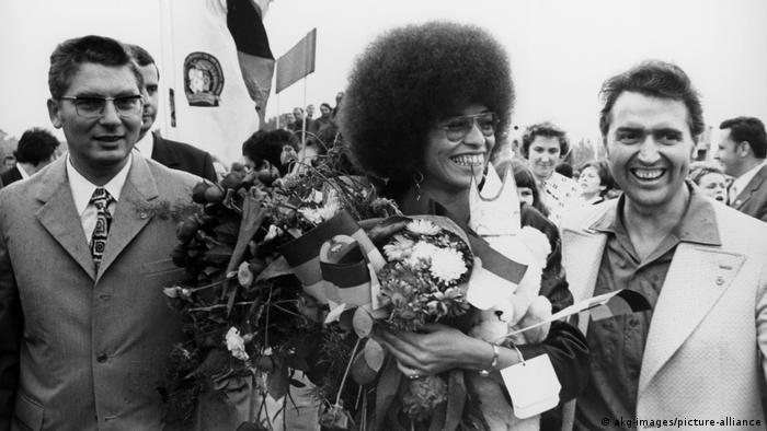 Angela Davis é recebida no aeroporto de Berlim Oriental em 1972