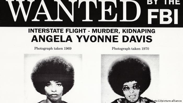 Fahndungsplakat nach der Bürgerrechtlerin und vermeintlichen Terroristin Angela Davis - darauf steht Wanted by the FBI (Foto: Ann Ronan Picture Librar/Photo12/picture-alliance).