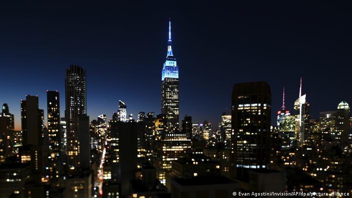 Ponta de prédio em luz azul