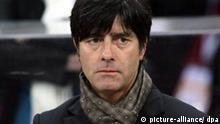 Fußball-Länderspiel England - Deutschland am Mittwoch (22.08.2007) im Wembley Stadion in London: Bundestrainer Joachim Löw steht am Spielfeldrand. England unterlag mit 1:2. Foto: Oliver Berg dpa +++(c) dpa - Report+++