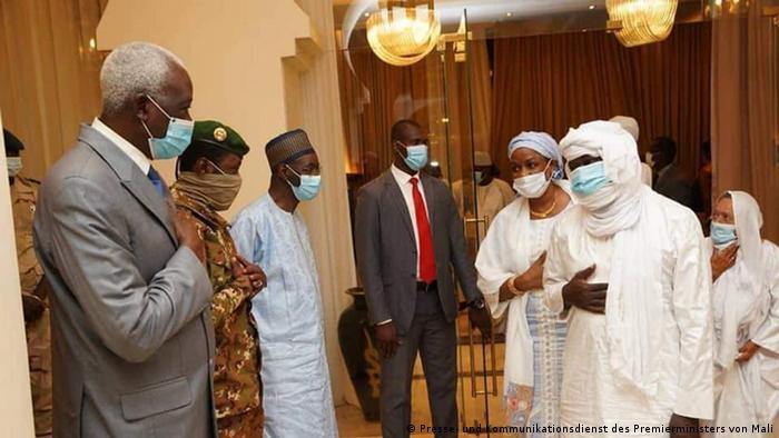 Dès leur libération le 08.10.2020, les otages ont été reçus par le président de la transition, Bah N'Daw au palais présidentiel à Bamako