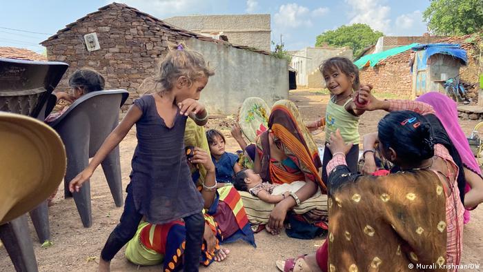 Деца и жени в село Навали