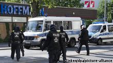 ARCHIV - 27.05.2020, Berlin: Polizisten laufen bei einer Razzia wegenHandelns mit Betäubungsmitteln zurück zu ihren Einsatzfahrzeugen. (zuKoks-Taxis, Bordelle, Schießereien - Neue Einblicke in die Clan-Szene) Foto: Paul Zinken/dpa-Zentralbild/dpa +++ dpa-Bildfunk +++   Verwendung weltweit