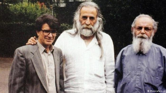 شجریان چهرهای سیاسی نبود و خودش هم در این زمینه ادعایی نکرده است. همکاری و دوستی او با هنرمندانی که دلبستگیها و گرایشهای سیاسی داشتند، چنین تصویری از او میساخت؛ کسانی چون هوشنگ ابتهاج، سیاوش کسرایی، محمدرضا لطفی، حسین علیزاده یا پرویز مشکاتیان. استعفای دستهجمعی آنها در سال ۱۳۵۷ از رادیو در واکنش به کشتار ۱۷ شهریور در میدان ژاله تهران هم، به این برداشت کمک کرد.