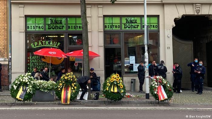 Kränze und Blumen vor dem Dönerladen, wo ein 20 Jahre junger Gast erschossen worden war (Foto: Ben Knight/DW)