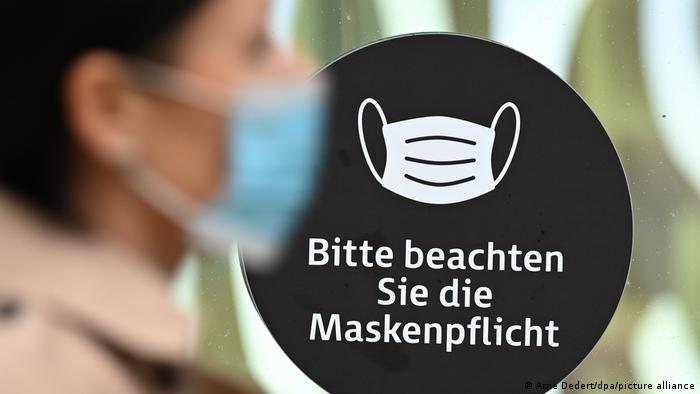 Hinweisschild in der Frankfurter Einkaufsmeile Zeil (Foto: Arne Dedert/dpa/picture alliance)
