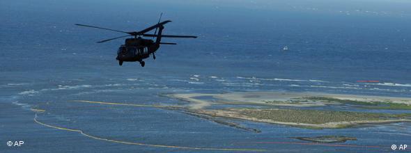 Hubschruaber über dem Küstengebiet Louisianas (Photo: AP)