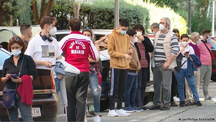 Іспанці стоять в черзі під будівлею служби охорони здоров'я у Мадриді