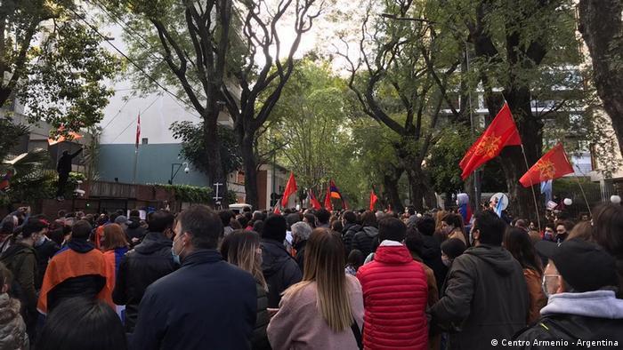 Con letreros y banderas, los manifestantes expresan en Buenos Aires su preocupación por un conflicto que revive las heridas del genocidio.
