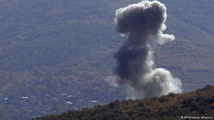 Облако дыма от взрыва на фоне Степанакерта