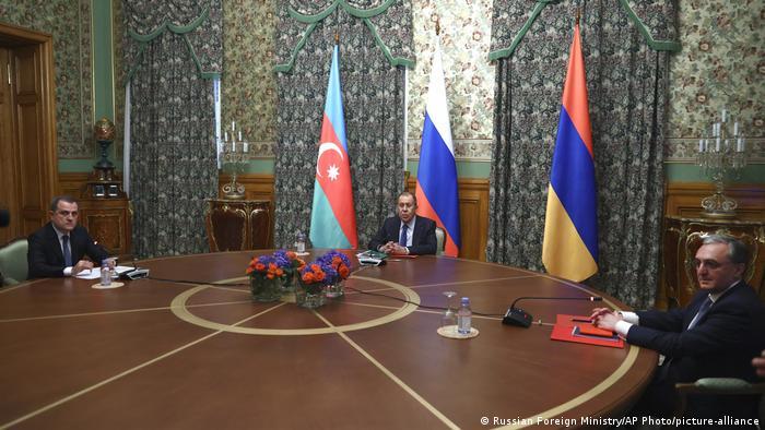 Serghei Lavrov (centru), ministrul de externe al Rusiei, alături de omologii săi azer Jeihun Bairamov (dreapta) și armean Zohrab Mnatsakanian, în timpul întâlnirii din 9 octombrie 2020