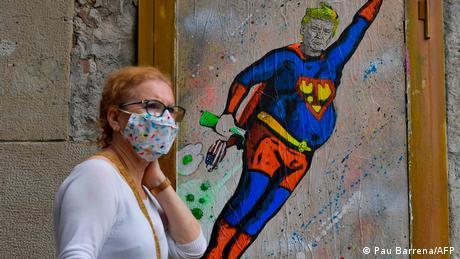 BdTD | Spanien US-Präsident Donald Trump in einem Superman-Kostüm (Pau Barrena/AFP)