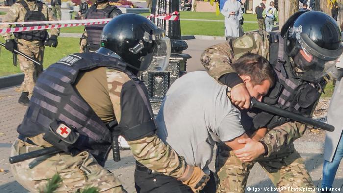 Омоновцы задерживают участника акции протеста в Хабаровске