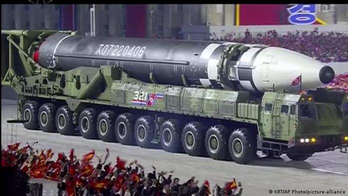 Nordkorea Pjöngjang | 75. Gründungstag der Arbeiterpartei |Militärparade (KRT/AP Photo/picture-alliance)