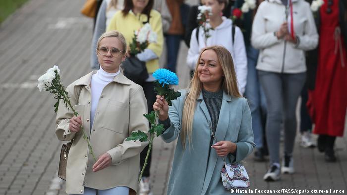 Учасниці протестів у Мінську з квітами (фото з архіву)