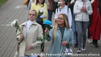 Участницы протестов в Минске с цветами (фото из архива)