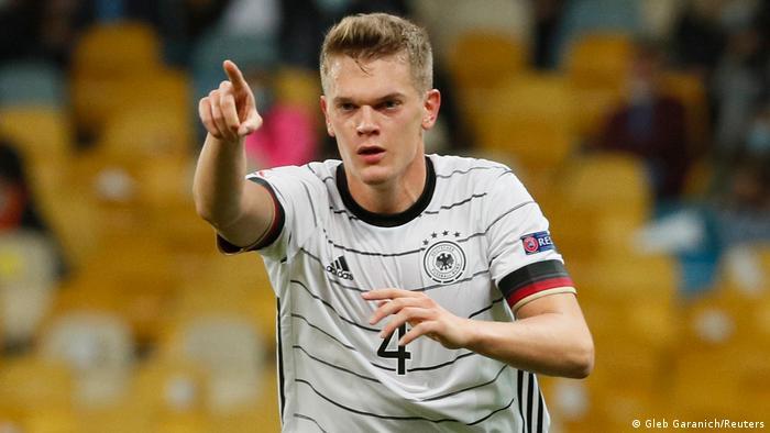 مدافع المنتخب الألماني ماتياس غينتر يعبر عن فرحته بتسجيل الهدف الأول في مرمى المنتخب الأوكراني