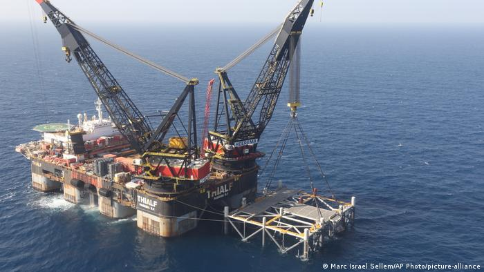 Luftaufnahme einer Ölplattform, die auf riesigen Betonpfeilern im Meer steht (Foto: Marc Israel Sellem/AP Photo/picture-alliance).