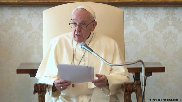 Папа римский Франциск около микрофона в Ватикане