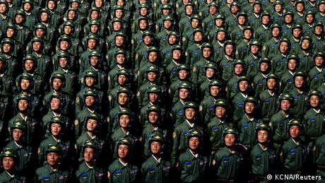 """Na večernjoj vojnoj paradi u Pjongjangu, povodom 75. godišnjice osnivanja Radničke partije, sve je bilo pod konac. Ponovo su u arsenalu bile balističke rakete dugog dometa, što je poruka – umesto zbližavanja sa SAD, odnosi su ponovo hladni. Diktator Kim Džong Un se izvinio narodu što njegovi """"napori"""" nisu bili dovoljni da se """"narod izvuče iz teških životnih uslova""""."""