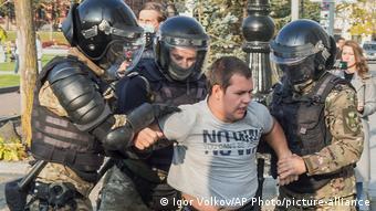 Во время задержания участника протестов в Хабаровске