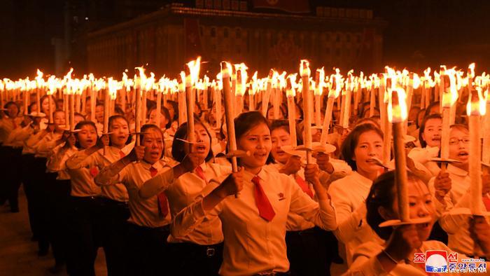 Nordkorea | Feierlichkeiten 75 Jahre Arbeiterpartei WPK Fackelzug (Reuters/KCNA)