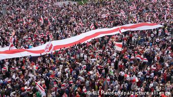 Бело-красно-белая расцветка - символ протестов в Беларуси
