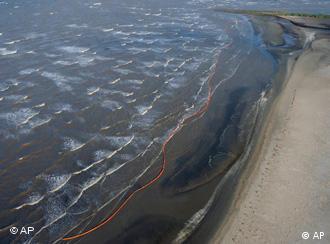 Ölschlieren auf Meeresoberfläche (Foto: AP)