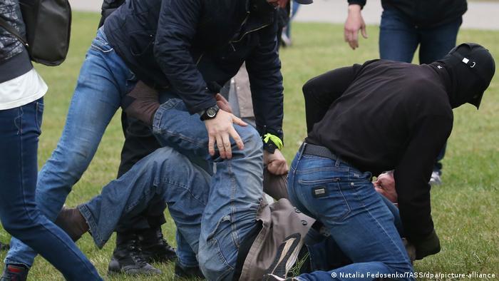 Неизвестные в балаклавах повалили на землю протестующего