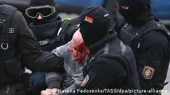 Задержание участника протестов в Минске (фото из архива)