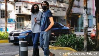 Прохожие в масках в Мехико