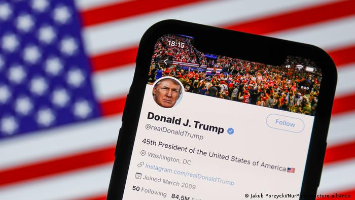 Twitter permanently bans Donald Trump over Capitol violence | News | DW |  08.01.2021
