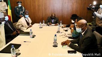La délégation de la Cédéao au cours d'une rencontre avec le Premier ministre Moctar Ouane