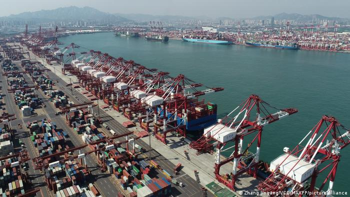 China | Luftaufnahme von Containern am Hafens Qingdao