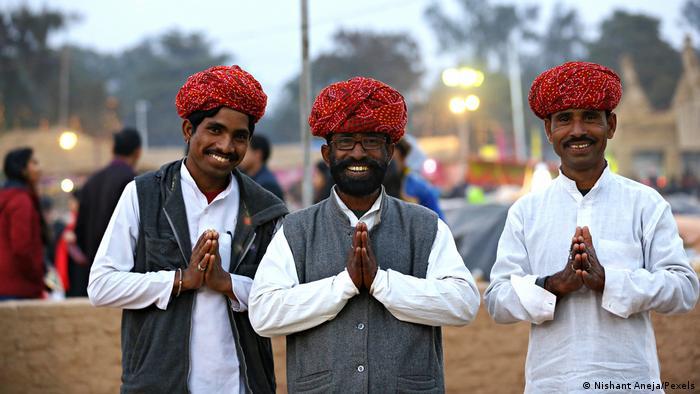 ناماسته رایجترین لفظی است که در هند برای سلام و خوشآمدگویی به کار میرود. این واژه در زبان سانسکریت تقریبا به این معنی است: «آن ذره خدایی که در من است به آن ذره خدایی که در توست تکریم میکند». لفظ ناماسته هم برای سلام و هم برای خداحافظی استفاده میشود. برای بیان ناماسته معمولا کف دست را به هم میچسبانند و جلوی سینه قرار میدهند.