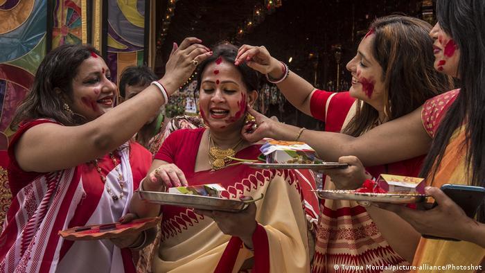 টিপ, চুড়ি ও সিঁদুর হিন্দু বিবাহিত নারীদের প্রতীক৷ অনেক হিন্দু বিশ্বাস করেন, নারীর বৈবাহিক পরিচয়ের বাইরে শরীরের ওপরও এসবের প্রভাব রয়েছে৷ (Tumpa Mondal/picture-alliance/Photoshot)
