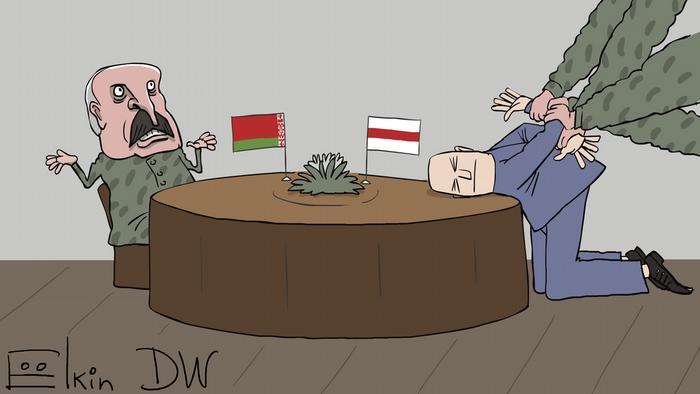 Лукашенко сидит за столом, с другой стороны которого на коленях и с руками за спиной стоит оппозиционер, положив голову на стол