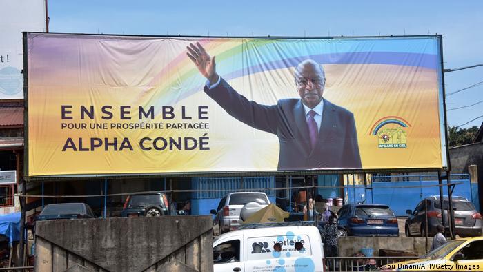 Alpha Condé, l'ex-opposant historique à l'assaut d'un 3e mandat,rendant coup pour coup à ses adversaires et aux défenseurs des droits humains qui l'accusent de dérive autocratique.