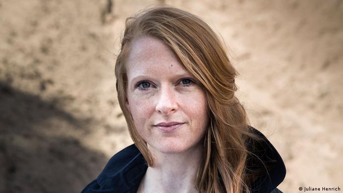 Porträtfoto von Anja Kampmann mit langen rotblonden Haaren (Foto: Juliane Henrich).