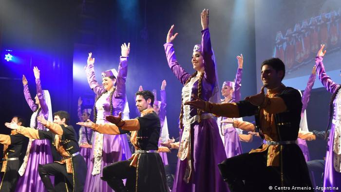 En la Sala Siranush del Centro Armenio de Argentina se presentan espectáculos de música y danza armenia.