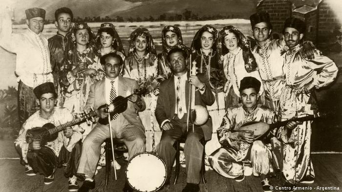 Este conjunto en Argentina es precursor de numerosos grupos de baile y canto que los armenios formaron para continuar viviendo su cultura.